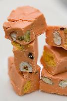 """Europe/France/Bretagne/22/Côtes d'Armor/Perros-Guirec:  les Granits de Perros confiserie de Fabrice  Rouxel , chocolat/orange et brisure de macaron,  Patisserie Confiserie """"La Chaumière"""""""
