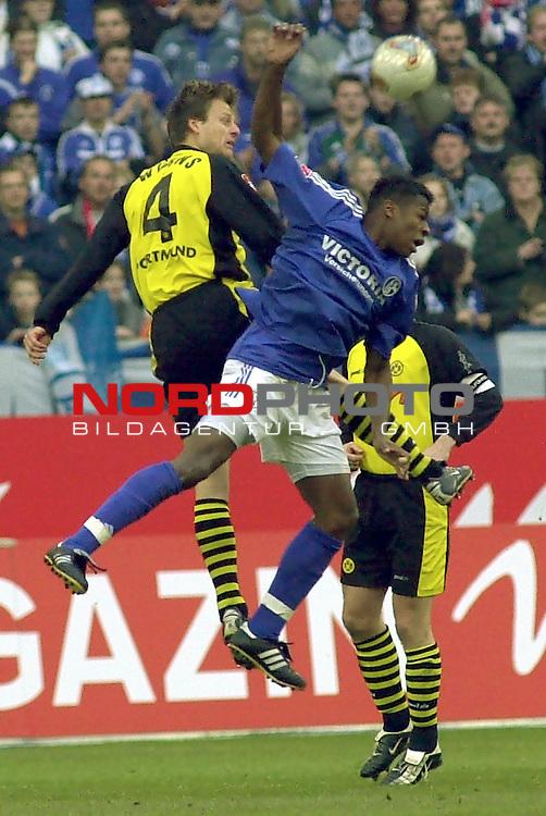 BL 2002/2003 - 22. Spieltag<br /> Schalke 04 vs. Borussia Dortmund 2:2<br /> Christian Woerns (links) von Borussia Dortmund im Kopfball Duell mit Emile Mpenza (rechts) von Schalke 04.<br /> Foto &copy; nordphoto <br /> <br />  *** Local Caption *** Foto ist honorarpflichtig! zzgl. gesetzl. MwSt.<br />  Belegexemplar erforderlich<br /> Adresse: nordphoto<br /> Georg-Reinke-Strasse 1<br /> 49377 Vechta