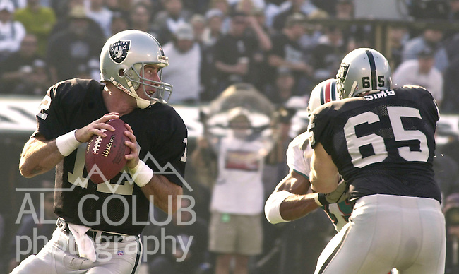 Oakland Raiders vs. Miami Dolphins at Oakland Alameda County Coliseum Saturday, January 6, 2001.  Raiders beat Dolphins  27-0.  Oakland Raiders quarterback Rich Gannon (12).
