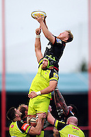 Jackson Wray of Saracens wins the ball at a lineout. Aviva Premiership match, between Saracens and Leicester Tigers on October 29, 2016 at Allianz Park in London, England. Photo by: Patrick Khachfe / JMP
