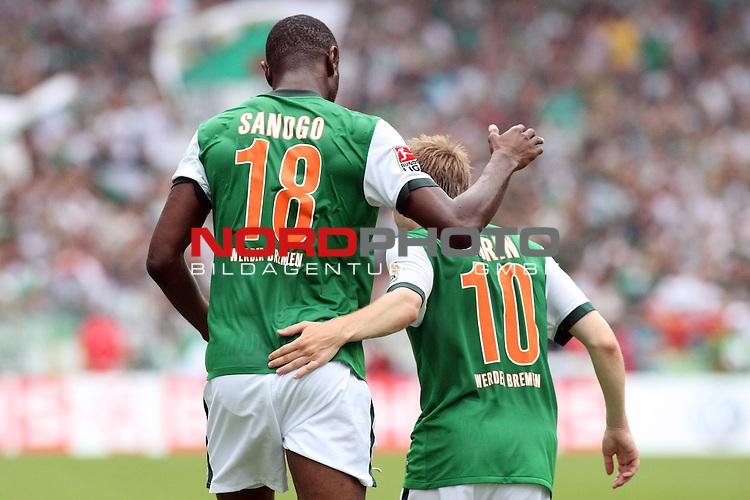 1. FBL 2009/2010 Werder Bremen Eintracht Frankfurt 08.08.2009 Spiel 1 Erster Spieltag Hinrunde Weserstadion<br /> <br /> Werder Bremen - Eintracht Frankfurt 2:3 (2:2)<br /> <br /> Torjubel. Boubacar Sanogo (CIV Werder Bremen #18), Marko Marin (GER Werder Bremen #10). Emotionen. Dynamisch. Querformat. Umarmen. Herzlich. Freude. GrŲŖenunterschied. Klein. GroŖ / Gross.<br /> <br /> Foto &copy; nph ( nordphoto ) *** Local Caption *** *** Local Caption ***<br /> <br /> Fotos sind ohne vorherigen schriftliche Zustimmung ausschliesslich fŁr redaktionelle Publikationszwecke zu verwenden.<br /> <br /> Auf Anfrage in hoeherer Qualitaet/Aufloesung