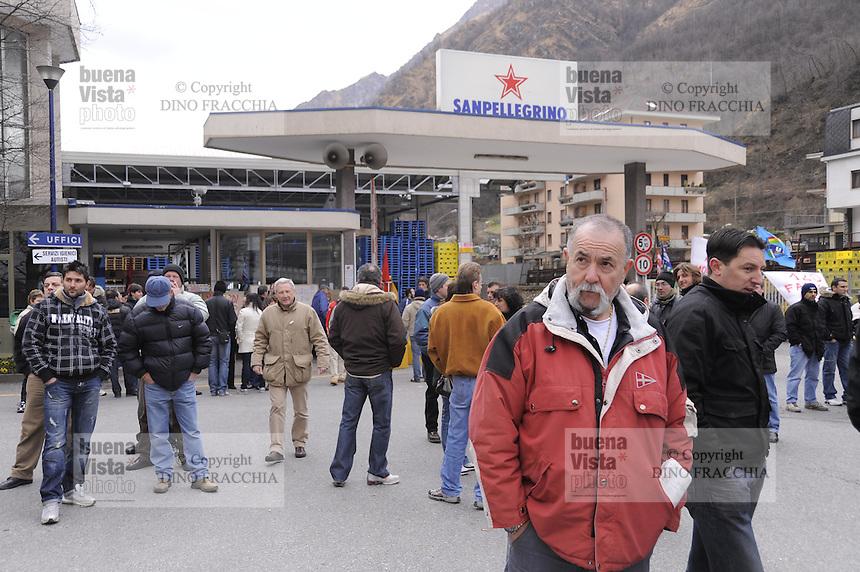 - strike and demonstration of S. Pellegrino mineral water  factory (Nestle Group) against the dismissal of 120 workers<br /> <br /> - sciopero e manifestazione dell'azienda S.Pellegrino acqua minerale (gruppo Nestl?) contro il licenziamento di 120 lavoratori