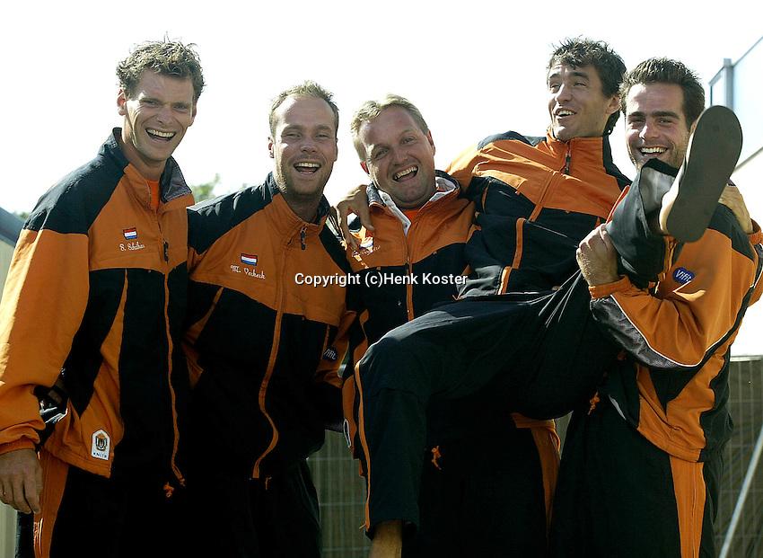 %%INSDATE, Zwolle, Davis Cup, NL-India, Het nieuwe daviscupteam is bijzonder ontspannen een paar dagen voor de ontmoeting tegen India. vlnr Sjeng Schalken,Martin Verkerk, coach Tjerk Bogtstra, John van Lottum en Raemon Sluiter.