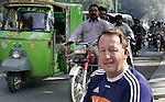 Champions Trophy Hockey mannen. bondcoach van Oranje, de Australier Terry Walsh, in de straten van in een buitenwijk van Lahore. Vrijdag speelt Nederland tegen Duitsland maar Nederland heeft zich reeds geplaatst voor de finale.
