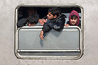 KROATIEN, 11.2015, Slavonski Brod. Internationale Fluechtlingskrise: Eroeffnung eines neuen Winter-Transitlagers. Ueber Serbien ankommende Fluechtlinge und Migranten werden registriert und versorgt, sodann in Zuege nach Slowenien gesetzt. | International refugee crisis: Opening of new refugee winter transit camp. Refugees and migrants arriving through Serbia are registered and taken care of, then put onto trains to Slovenia.<br /> &copy; Martin Fejer/EST&amp;OST