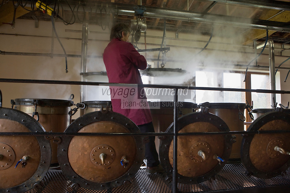 Europe/France/Aquitaine/24/Dordogne/Vallée de la Dordogne/Périgord/Périgord Noir/Sarlat-la-Canéda: Alambic  à la distillerie de la Salamandre- Jacques Gatinel<br /> AUTO N°:2008-401