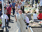 Fr Bernard Thorne Blessing the graves in Ballapousta. Photo: Colin Bell/pressphotos.ie