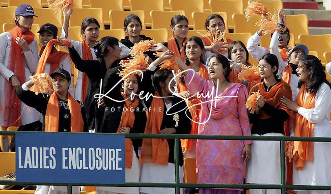 Champions Trophy Hockey: Vanuit het damesvak wordt Oranje aangemoedigd.