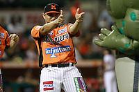 Juan Pablo Oramas de Showman bailando ,durante el tercer juego de la serie de el partido Naranjeros de Hermosillo vs venados de Mazatlan Sonora en el Estadio Sonora. 10 noviembre 2013. Liga Mexicana del Pacifico (MLP)
