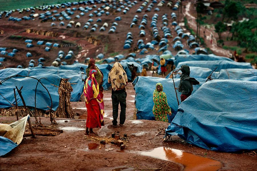 1994. Rwanda. Kanague Camp. During the Rwandan Genocide, Hutu Burundian refugees are gathered in thousands of blue tents. Rwanda. Camp Kanague. Pendant le génocide au Rwanda, des réfugiés hutus burundais sont rassemblés dans des milliers de tentes bleues.