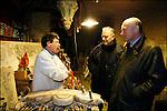 Alain Rousset en campagne pour les municipales 2008 en visite chez un sculpteur sur le quai des Chartons / Parti PS / Président du Conseil Régional d'Aquitaine depuis 1998 / Président de l'Association des Régions de France depuis 2004 / 33 Gironde / Rég. Aquitaine / Alain Rousset President of The Regional Council of Aquitaine and member of the PS French Socialist Party / Bordeaux / Aquitaine