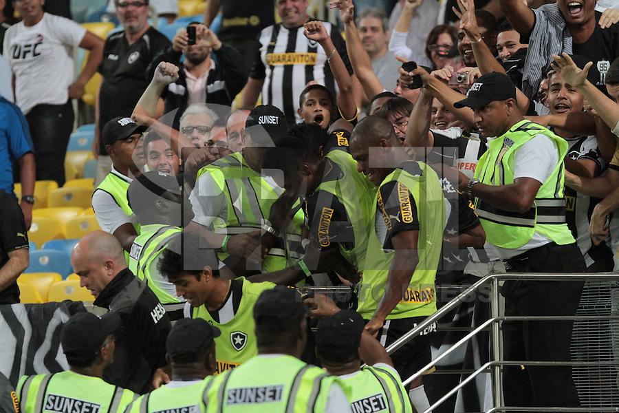 RIO DE JANEIRO; RJ; 01 DE AGOSTO 2013 -  Elias do Botafogo comemora seu gol durante a partida contra o Vitória pela décima rodada do Campeonato Brasileiro no Estádio do Maracanã nesta quinta-feira, 1º. (Foto. Néstor J. Beremblum / Brazil Photo Press).