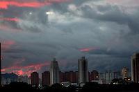 SÃO PAULO, 22 de JUNHO, 2012 - CLIMA TEMPO -  Aumento da nebulosidade deixa céu parcialmente encoberto  na região central da capital paulista nessa tarde de sexta-feira, 22 - FOTO LOLA OLIVEIRA BRAZIL