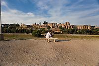 Rome continue to be one of the most visited city in the world..Roma continua ad essere una delle città più visitata al mondo.Two tourists kiss each other in front of the Palatino Hill