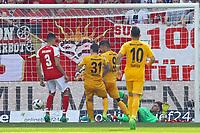 goal, Tor zum 0:2 für Haris Seferovic (Eintracht Frankfurt) gegen Torwart Jannik Huth (1. FSV Mainz 05) - 13.05.2017: 1. FSV Mainz 05 vs. Eintracht Frankfurt, Opel Arena, 33. Spieltag