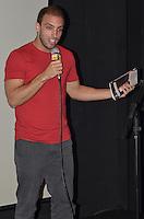 SAO PAULO, 22 DE MARCO DE 2013 - LANCAMENTO LIVRO LEO LINS - O humorista do programa Agora é Tarde, da Band, Leo Lins durante lançamento do seu livro Notas de um Comediante Stand-up, na Fnac da Avenida Paulista, na noite desta sexta feira, 22.  (FOTO: ALEXANDRE MOREIRA / BRAZIL PHOTO PRESS)