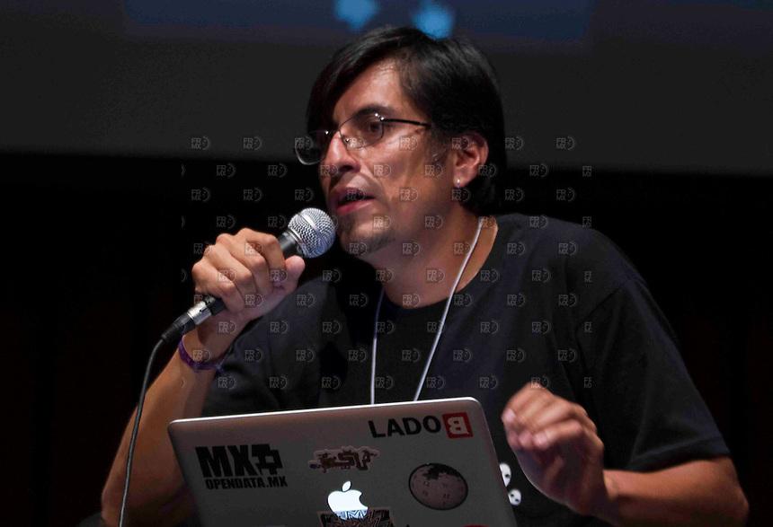 CIUDAD DE MEXICO, DF. 24 de mayo.-  Ernesto Aroche de Lado B durante el 7 aniversario de Periodistas de a Pie en el Centro Cultural España en la Ciudad de México el  24 de mayo de 2014.  ALEJANDRO MELENDEZ