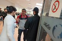 """Die """"Zentrale Aufnahmeeinrichtung des Landes Berlin fuer Asylbewerber"""" (ZAA) des Berliner Landesamt fuer Gesundheit und Soziales (LaGeSo) in der Turmstrasse 21 in Berlin-Moabit. Hier werden alle in Berlin ankommenden Fluechtlinge registriert und bekommen eine Erstversorgung. In dieser Erstaufnahmestelle werden sie auf die vom Land bereitgestellten Unterkuenfte verteilt.<br /> Im Bild: Eine Dolmetscherin spricht mit einem Fluechtling.<br /> 24.9.2014, Berlin<br /> Copyright: Christian-Ditsch.de<br /> [Inhaltsveraendernde Manipulation des Fotos nur nach ausdruecklicher Genehmigung des Fotografen. Vereinbarungen ueber Abtretung von Persoenlichkeitsrechten/Model Release der abgebildeten Person/Personen liegen nicht vor. NO MODEL RELEASE! Don't publish without copyright Christian-Ditsch.de, Veroeffentlichung nur mit Fotografennennung, sowie gegen Honorar, MwSt. und Beleg. Konto: I N G - D i B a, IBAN DE58500105175400192269, BIC INGDDEFFXXX, Kontakt: post@christian-ditsch.de<br /> Urhebervermerk wird gemaess Paragraph 13 UHG verlangt.]"""