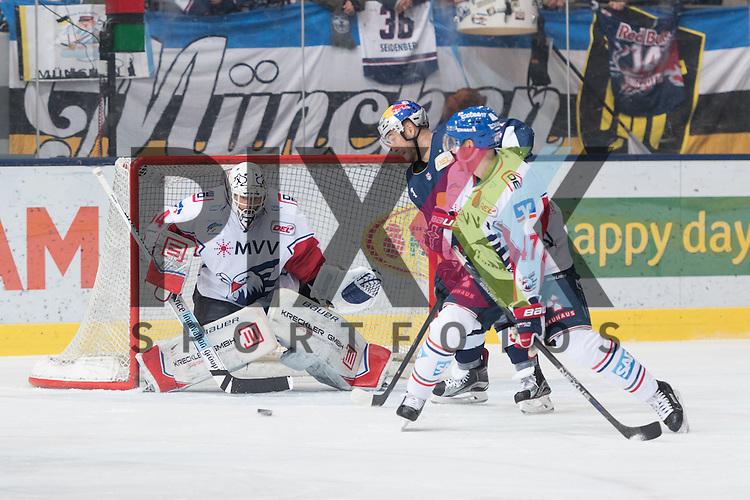 Im Bild Drew MACINTYRE (Adler Mannheim, 34), Steve PINIZZOTTO (EHC Red Bull M&uuml;nchen, 14), Christoph ULLMANN (Adler Mannheim, 47)  beim Spiel in der DEL, EHC Red Bull Muenchen (blau) - Adler Mannheim (weiss).<br /> <br /> Foto &copy; PIX-Sportfotos *** Foto ist honorarpflichtig! *** Auf Anfrage in hoeherer Qualitaet/Aufloesung. Belegexemplar erbeten. Veroeffentlichung ausschliesslich fuer journalistisch-publizistische Zwecke. For editorial use only.