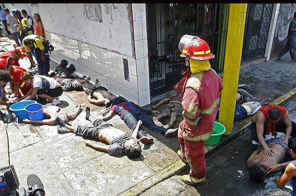 LIM09. LIMA (PERÚ), 28/01/2012.- Miembros del cuerpo de bomberos ayudan a las víctimas hoy, sábado 28 de enero de 2012, en un centro de rehabilitación para alcohólicos y drogadictos en el distrito de San Juan de Lurigancho, en Lima, donde un incendió dejó menos 26 personas muertas. El comandante general de los bomberos, Antonio Zavala, confirmó que 22 personas murieron asfixiadas en el lugar del incendio y que otras cuatro fallecieron luego en los hospitales a los que habían sido trasladadas. EFE/Paolo Aguilar