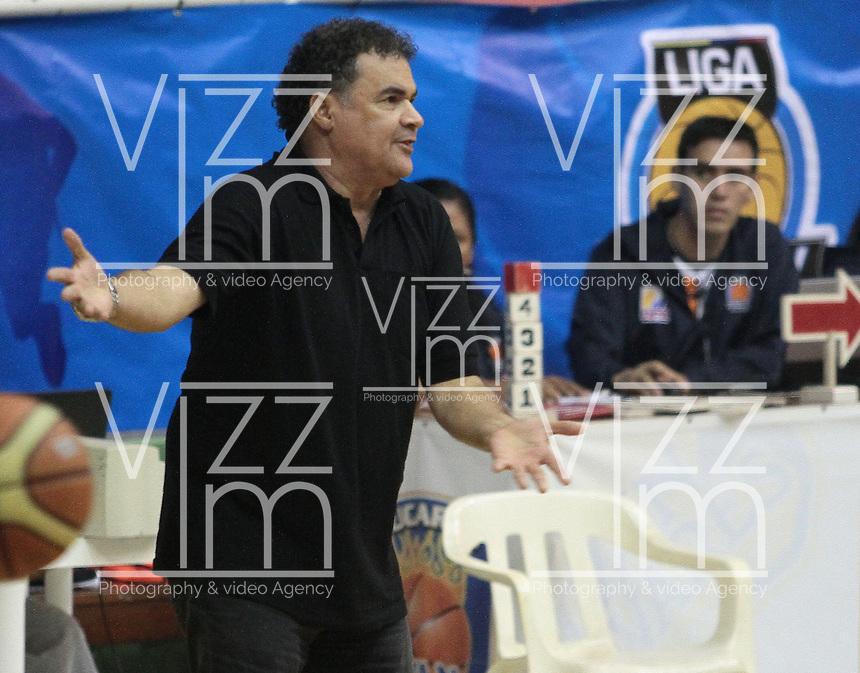 BUCARAMANGA -COLOMBIA, 23-08-2013. Hernan Giraldo tecnico de Academia gesticula durante el encuentro entre Búcaros Freskaleche y Águilas de Tunja válido por la fecha 6 de la Liga DirecTV de Baloncesto 2013-II Colombia de Colombia realizado en el Coliseo Vicente Díaz Romero de Bucaramanga./ Allen (R) of Bucaros tris to score during the match between Bucaros Freskaleche and Academia de la Montaña valid for the 6th date DirecTV Basketball League 2013-II in Colombia at Vicente Diaz Romero coliseum in Bucaramanga. Photo: VizzorImage / Jaime Moreno / STR