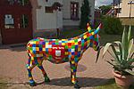 Kętrzyn, 2009-08-09. Kolorowa rzeźba osiołka przed polsko-niemieckim Centrum Kultury im. Arno Holza w Kętrzynie