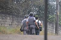 SAO PAULO, SP,27 de junho 2013-Reporter Fotografico Nelson Antpoine que foi atingido por uma Bomba de efeito moral sendo levado pelo Policia Militar para ser atendido.Moradores se prepara com barricadas contra uma reintegracao de posse que esta pra acontecer em Sao Mateus no  Parque Sao Rafael no local vive mais de 500 familias -  ADRIANO LIMA / BRAZIL PHOTO PRESS).