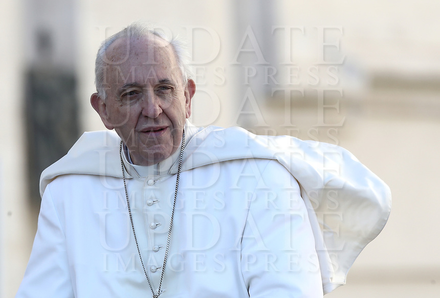 Papa Francesco arriva all'udienza generale del mercoledi' in Piazza San Pietro, Citta' del Vaticano, 26 settembre, 2018.<br /> Pope Francis arrives to lead his weekly general audience in St. Peter's Square at the Vatican, on September 26, 2018. <br /> UPDATE IMAGES PRESS/Isabella Bonotto<br /> <br /> STRICTLY ONLY FOR EDITORIAL USE