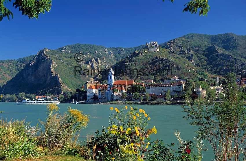Austria, Lower Austria, Wachau, Wine village Duernstein at the Danube with baroque monastery Duernstein and castle ruin