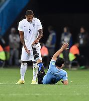 FUSSBALL WM 2014  VORRUNDE    GRUPPE D     Uruguay - England                     19.06.2014 Glen Johnson (li, England) hilft den verletzten Luis Suarez (Uruguay)