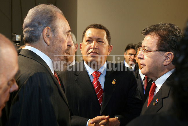 Los presidentes de Cuba, Fidel Castro; Venezuela, Hugo Chavez y Paraguay, Duarte Frutos, hablan durante la Cumbre del Mercosur en la ciudad de Cordoba.*Cuban leader Fidel Castro speak with Venezuelan President Hugo Chavez, center, and President of Paraguay, Duarte Frutos, during the Mercosur Summit in Cordoba city.