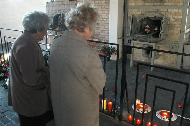 Gedenken zum 60. Jahrestag der Befreiung des Frauen-KZ Ravensbrueck<br /> Am Sonntag den 17. April 2005 wurde mit einer Feierlichkeit des 60. Jahrestages der Befreiung des Frauen-Konzentrationslagers im brandenburgischen Ravensbrueck im April 1945 gedacht. Frauen aus Polen, der Ukarine, Russland, Frankreich, Israel, Spanien und Italien gedachten ihrer im KZ ermordeten Leidensgenossinen.<br /> Eingeladen zur Feier waren auch eingige der Befreier und Befreierinnen.<br /> Hier: Gedenken vor einem Verbrennungsofen im ehemaligen Kreamtorium.<br /> 17.4.2005, Ravensbrueck<br /> Copyright: Christian-Ditsch.de<br /> [Inhaltsveraendernde Manipulation des Fotos nur nach ausdruecklicher Genehmigung des Fotografen. Vereinbarungen ueber Abtretung von Persoenlichkeitsrechten/Model Release der abgebildeten Person/Personen liegen nicht vor. NO MODEL RELEASE! Nur fuer Redaktionelle Zwecke. Don't publish without copyright Christian-Ditsch.de, Veroeffentlichung nur mit Fotografennennung, sowie gegen Honorar, MwSt. und Beleg. Konto: I N G - D i B a, IBAN DE58500105175400192269, BIC INGDDEFFXXX, Kontakt: post@christian-ditsch.de<br /> Bei der Bearbeitung der Dateiinformationen darf die Urheberkennzeichnung in den EXIF- und  IPTC-Daten nicht entfernt werden, diese sind in digitalen Medien nach &sect;95c UrhG rechtlich geschuetzt. Der Urhebervermerk wird gemaess &sect;13 UrhG verlangt.]