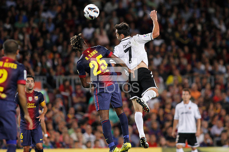 02/09/2012 - Liga Football Spain, FC Barcelona vs. Valencia CF Matchday 3 - Jonas (right) brazilian striker from Valencia CF duels for an air ball with Alexander Song, new FC Barcelona player from Cameroon