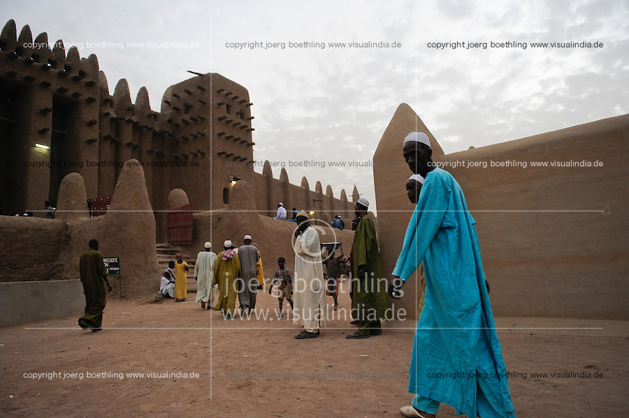 MALI Djenne , Groesste Moschee aus Lehm ist UNESCO Weltkulturerbe , Menschen kommen zum Gebet in den Abendstunden / .MALI Djenne , Grand Mosque build from clay is UNESCO world heritage , muslim go for evening prayer