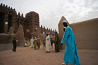 MALI Djenne , Groesste Moschee aus Lehm ist UNESCO Weltkulturerbe , Menschen kommen zum Gebet in den Abendstunden / .MALI Djenne , Grand Mosque build from clay is UNESCO world heritage , muslim go for evening prayer