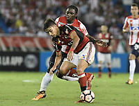 BARRANQUIILLA - COLOMBIA, 30-11-2017: Yimmi Chara (Der) del Atlético Junior de Colombia disputa el balón con Lucas Paqueta (Izq) jugador de Flamengo de Brasil durante partido de vuelta por la semifinal 2 de la Copa CONMEBOL Sudamericana 2017  jugado en el estadio Metropolitano Roberto Meléndez de la ciudad de Barranquilla. / Yimmi Chara (R) player of Atlético Junior of Colombia struggles the ball with Lucas Paqueta (L) player of Flamengo of Brazil during second leg match for the semifinal 2 of the Copa CONMEBOL Sudamericana 2017played at Metropolitano Roberto Melendez stadium in Barranquilla city.  Photo: VizzorImage / Gabriel Aponte / Staff