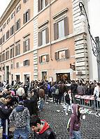 Lunga fila di tifosi romanisti davanti al Roma Store di Piazza Colonna a Roma, 27 marzo 2008, in attesa di acquistare i biglietti per la gara di andata dei quarti di finale di Champions League tra Roma e Manchester United, in programma allo stadio Olimpico il prossimo 1 aprile..UPDATE IMAGES PRESS/Riccardo De Luca