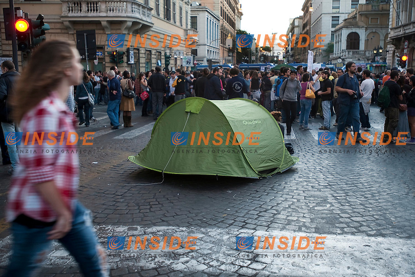 PROTESTA INDIGNATI DAVANTI LA SEDE DELLA BANCA D'ITALIA CONTRO IL GOVERNO E LA CRISI ECONOMICA..ROMA 12 OTTOBRE  2011..PHOTO  INSIDEFOTO..............................