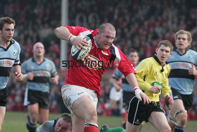 Phil John charges towards the try line to score for the Scarlets..Celtic League.Llanelli Scarlets v Cardiff Blues.Stradey Park-Llanelli.20.03.05.©Steve Pope.Sportingwales.com.07798 83 00 89.The Manor .Coldra Woods.Newport.South Wales.NP18 1HQ