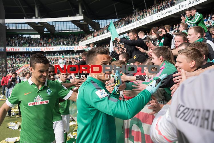 02.05.2015, Weser Stadion, Bremen, GER, 1.FBL. Werder Bremen vs Eintracht Frankfurt, im Bild<br /> <br /> Dank an die Fans nach dem Sieg <br /> <br /> Raphael Wolf (Bremen #1) und Franco Di Santo (Bremen #9)<br /> <br /> Foto &copy; nordphoto / Kokenge