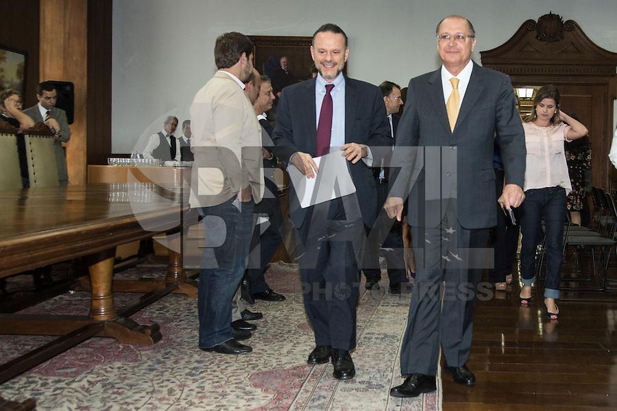 SAO PAULO. SP. 15 DE MARÇO DE 2013. ASSINATURA DE CONTRATO DE FINANCIAMENTO ENTRE SABESP E BNDS.O presidente do BNDS, Luciano Coutinho e o Governador Geraldo Alckmin, durante a assinatura de contrato de financiamento entre a Sabesp (Saneamento Basico do estado de Sao Paulo) e o BNDS (banco nacional de desenvolvimento) no valor de R$ 1,35 bilhão para o programa de Despoluição da Bacia do Rio Tietê - Etapa III. O evento aconteceu no Palacio dos Bandeirantes na tarde desta sexta feira. . FOTO ADRIANA SPACA/BRAZIL PHOTO PRESS