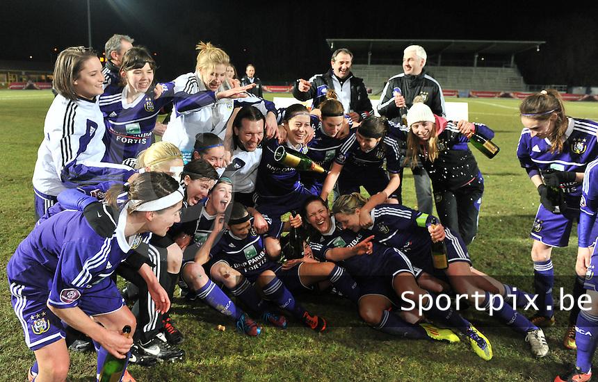 Waasland Beveren Sinaai Girls - RSC Anderlecht : de speelsters van Anderlecht vieren hun overwinning.foto DAVID CATRY / Nikonpro.be
