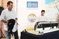 RIO DE JANEIRO, RJ, 27.03.2014 - PREFEITO APRESENTA PROTÓTIPO DO VLT CARIOCA - O Prefeito do Rio de Janeiro Eduardo Paes apresenta aos cariocas o Veículo Leve sobre Trilhos (VLT). O veículo ficará aberto a visitação pública nos Galpões da Gamboa. O objetivo é permitir que a população conheça o novo modelo de transporte que integrará  modais, rodoviário, aquaviário, metroviário, ferroviário e aeroportuários da região central do Rio de Janeiro a partir de 2016. Uma espécie de bonde moderno o VLT fara a integração entre todos os tipos modais da cidade. Formado por sete módulos articulados, o VLT é elétrico, não polui o meio ambiente e vai circular 24 horas por dia, com a capacidade de transportar 285 mil pessoas/dia num percurso de 28km. Os usuário poderão utilizar o novo sistema de transporte utilizando o bilhete utilizando o Bilhete Único Carioca. Nos Galpões da Gamboa na região central da cidade do Rio de Janeiro, nesta quinta-feira, 27. (Foto: Levy Ribeiro / Brazil Photo Press)