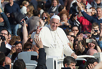 Papa Francesco saluta i fedeli al termine di una messa per la conclusione del Giubileo della Misericordia, in Piazza San Pietro, Citta' del Vaticano, 20 novembre 2016.<br /> Pope Francis waves to faithful at the end of a Mass for the conclusion of the Jubilee of Mercy, in St. Peter's Square at the Vatican, 20 November 2016.<br /> UPDATE IMAGES PRESS/Riccardo De Luca<br /> <br /> STRICTLY ONLY FOR EDITORIAL USE