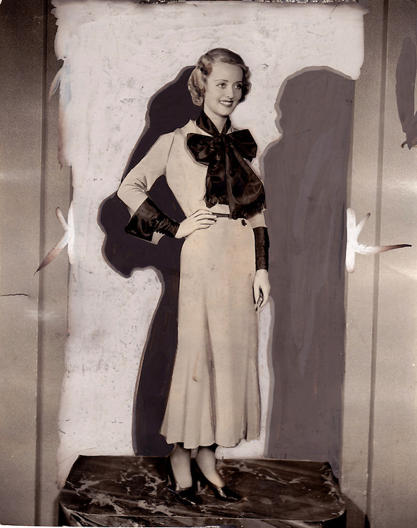 &Agrave; Fonds Perdus <br /> Bette Davis, 1932<br /> L&rsquo;actrice Bette Davis photographi&eacute;e par Irving Lippman en 1932, l&rsquo;ann&eacute;e o&ugrave; elle tourne The Man Who Played God (L&rsquo;homme qui jouait &agrave; &ecirc;tre Dieu), de John G. Adolfi, et devient ainsi la &laquo; reine des Studios Warner &raquo;.<br /> Copyright : Warner Brothers.<br /> Cr&eacute;dit Photo : Irving Lippman (1906-2006), photographe des stars de la Columbia et de la Warner.<br /> -----<br /> &Agrave; Fonds Perdus*<br /> Bette Davis, 1932<br /> Actress Bette Davis photographed by Irving Lippman in 1932, the year when she played in The Man Who Played God, by John G. Adolfi, and from then on became 'the queen of Warner Bros Studios'.<br /> Copyright : Warner Brothers.<br /> Photo credit : Irving Lippman (1906-2006), Columbia and Warner celebrities photographer.<br /> *Faded Out
