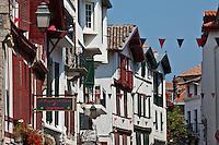Europe/France/Aquitaine/64/Pyrénées-Atlantiques/Pays-Basque/Saint-Jean-de-Luz: Façade des maisons de la Rue Gambetta