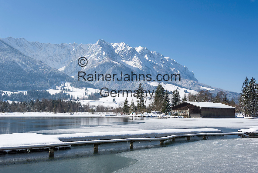 Austria, Tyrol, Kaiserwinkl, winter scene at lake Walchsee and Zahmer Kaiser mountains | Oesterreich, Tirol, Kaiserwinkl, Winterlandschaft am Walchsee und Zahmer Kaiser