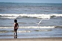 ATENÇÃO EDITOR: FOTO EMBARGADA PARA VEÍCULOS INTERNACIONAIS  - PRAIA GRANDE,SP,19 NOVEMBRO - MOVIMENTAÇÃO PRAIA - Movimentação de bahistas na manhã de hoje na Cidade Ocian na Praia Grande litoral sul de São Paulo.(FOTO: ALE VIANNA -BRAZIL PHOTO PRESS)