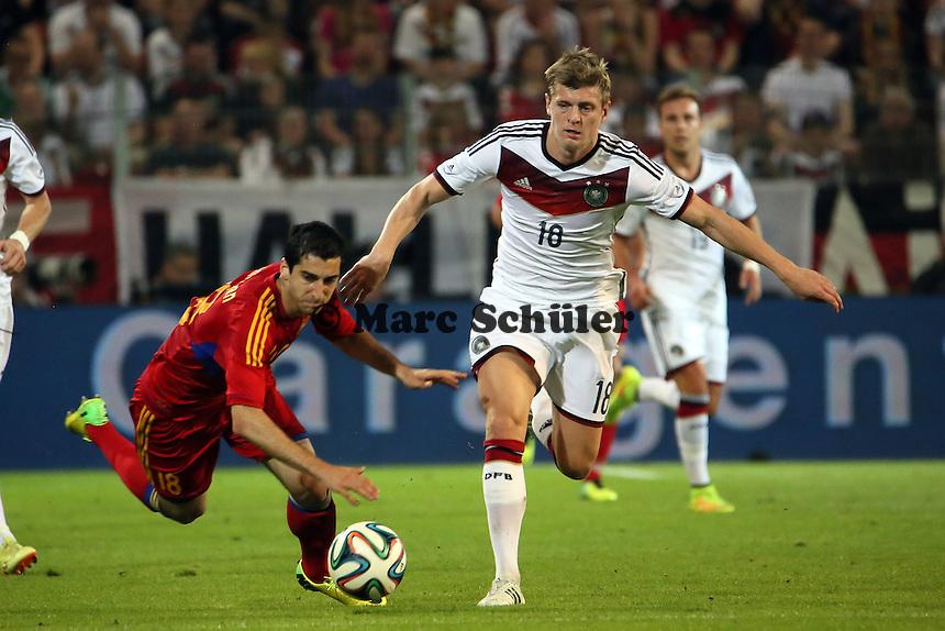 Toni Kroos (D) setzt sich durch - Deutschland vs. Armenien in Mainz