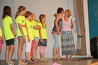 4a von Xenia Proß wird verabschiedet und die Lehrerin gleich mit von Schulleiterin Gabi Bode